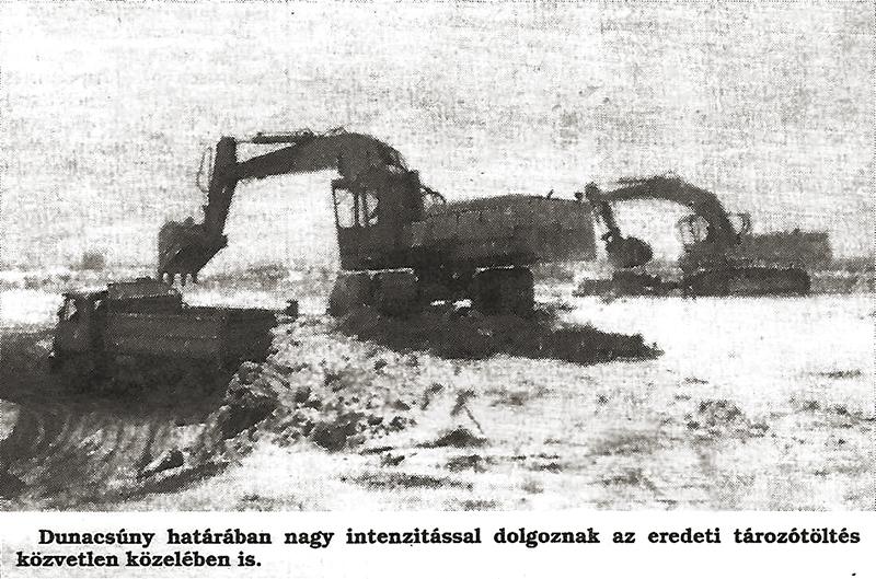 Dunacsúny határában nagy intenzitással dolgoznak az eredeti tározótöltés közvetlen közelében is.